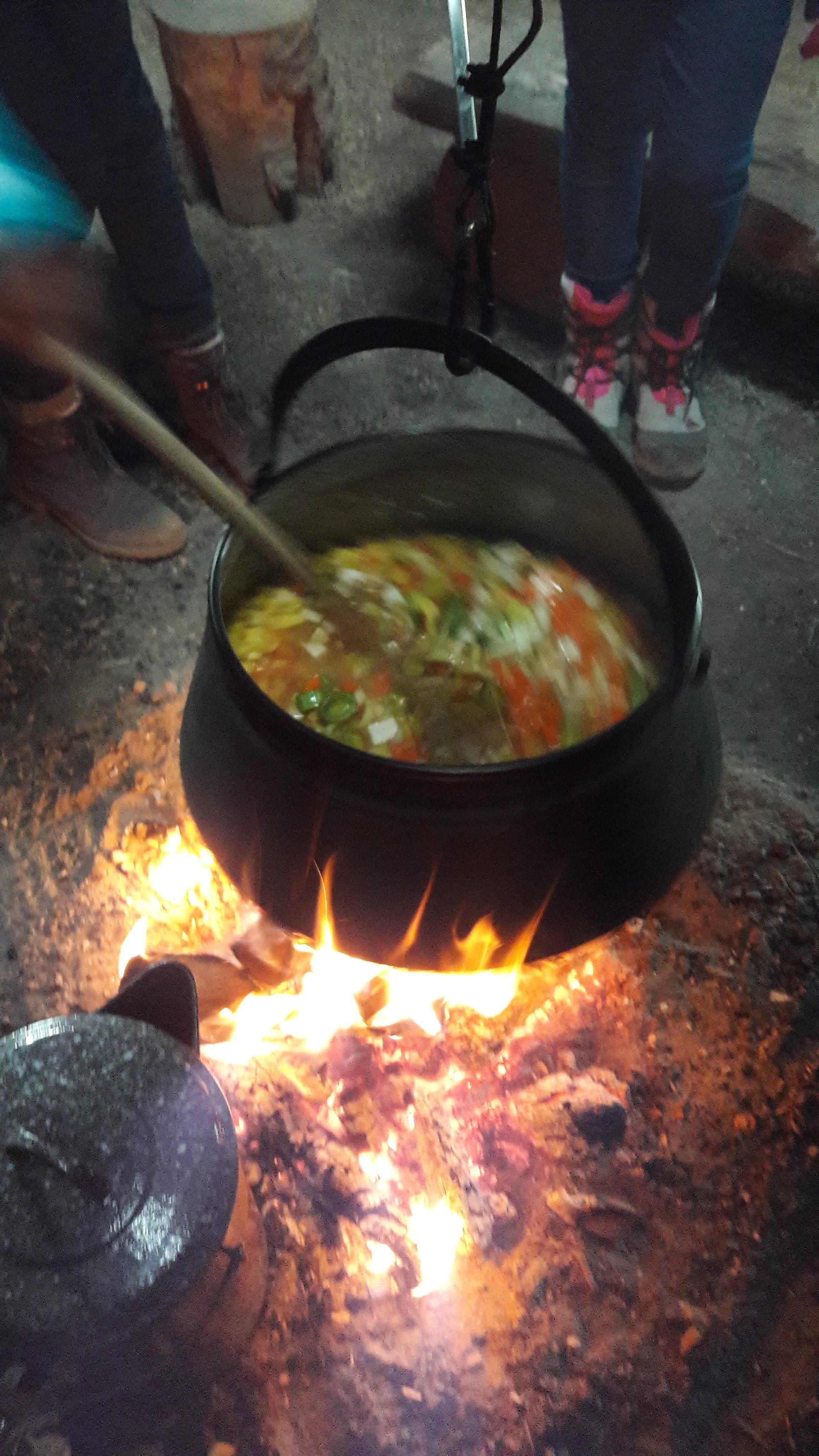 Suppekochen überm offenen Feuer
